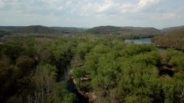 vídeos y material grabado en eventos de stock de a drone flies over trees and a river in delaware water gap pennsylvania - delaware water gap