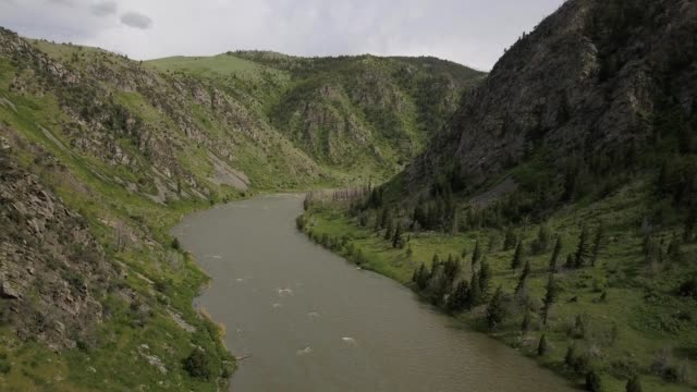 vidéos et rushes de a drone flies up a canyon river in bozeman montana - bozeman