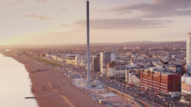 vídeos de stock e filmes b-roll de drone flight across brighton seafront at sunset - pontão