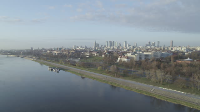 drone flight across the wisla river and along its deserted riverbanks in daytime in downtown warsaw during the corona shutdown 2020 - aprile video stock e b–roll