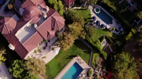 stockvideo's en b-roll-footage met drone vlucht in rijke wijk - overvloed