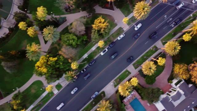 vidéos et rushes de drone de vol le long de beverly drive, beverly hills - beverly hills