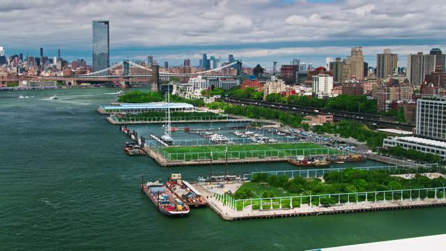 vídeos y material grabado en eventos de stock de drone flight along brooklyn waterfront - puerto de nueva york