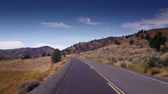 空の田舎道に沿って無人飛行 - オレゴン州点の映像素材/bロール