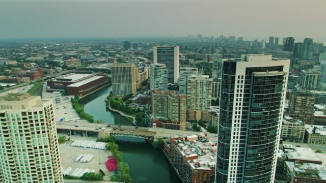 vidéos et rushes de drone flight along the north branch chicago river at sunrise - quartier