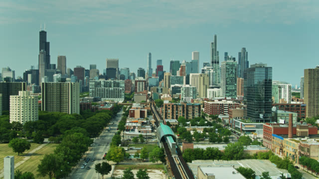 drone flight alongside l train tracks in near south side towards downtown chicago - chicago 'l' stock videos & royalty-free footage