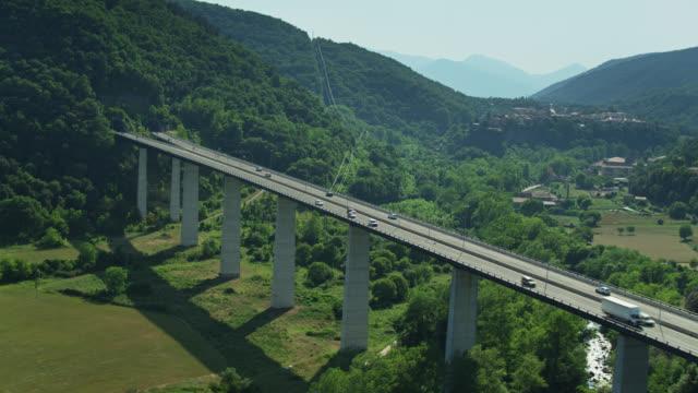 volo drone lungo il ponte autostradale vicino a castellfollit de la roca - roca video stock e b–roll