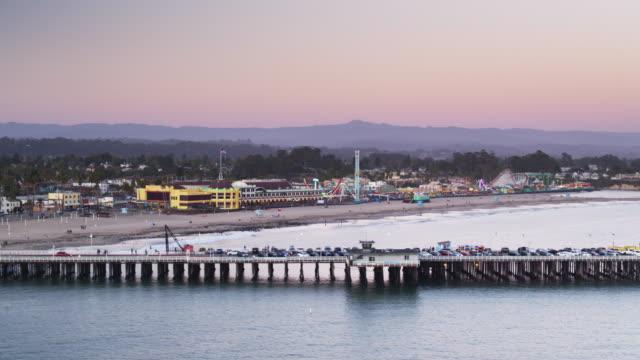 夕暮れ時にサンタ クルス埠頭と一緒に無人飛行 - カリフォルニア州サンタクルーズ点の映像素材/bロール