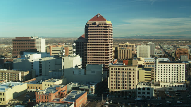 drone flight approaching albuquerque plaza on a sunny morning - new mexico bildbanksvideor och videomaterial från bakom kulisserna