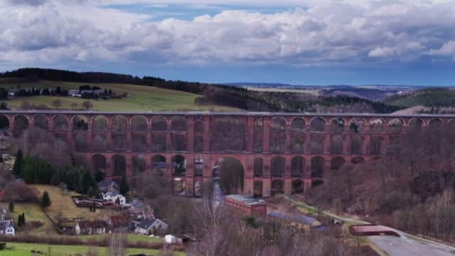 無人機飛行に近づいて göltzsch 高架橋 - railway track点の映像素材/bロール
