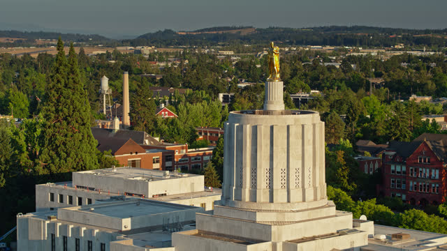 vídeos de stock e filmes b-roll de drone flight approaching gold pioneer statue atop oregon state capitol building - oregon estado dos eua