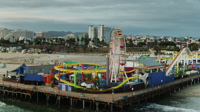 drone flight approaching still ferris wheel of santa monica pier during covid-19 lockdown - santa monica stock videos & royalty-free footage