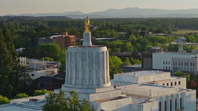 vídeos de stock e filmes b-roll de drone flight around oregon pioneer statue on state capitol at sunset - oregon estado dos eua