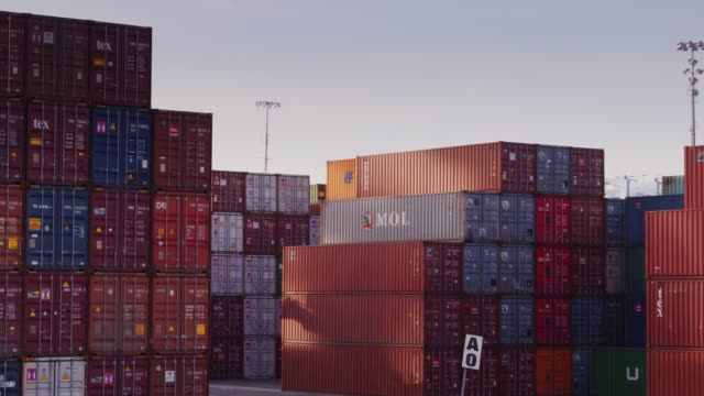 stockvideo's en b-roll-footage met drone vlucht rond het verschepen van containers - vrachtcontainer