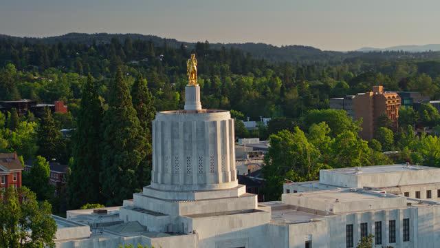 vídeos de stock e filmes b-roll de drone flight around state capitol building in salem, oregon - oregon estado dos eua