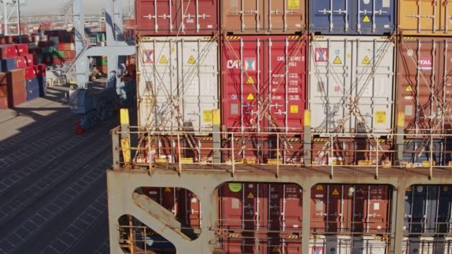 drohnenflug um heck containerschiff - dockarbeiter stock-videos und b-roll-filmmaterial