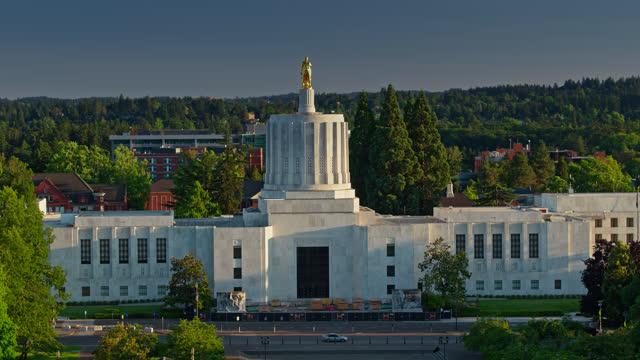 vídeos de stock e filmes b-roll de drone flight around the oregon state capitol building - oregon estado dos eua