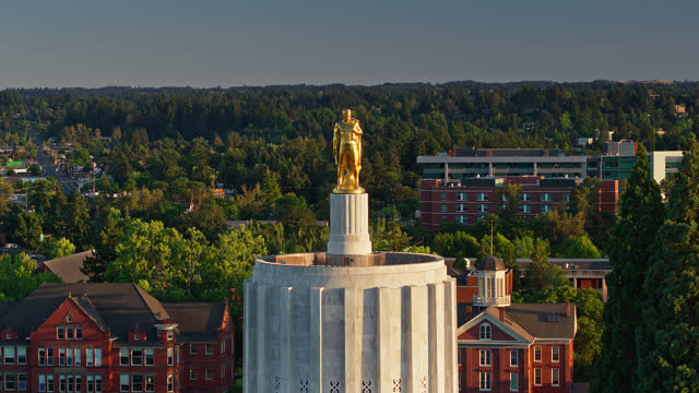 vídeos de stock e filmes b-roll de drone flight descending from gold pioneer statue past front facade of oregon state capitol building - oregon estado dos eua
