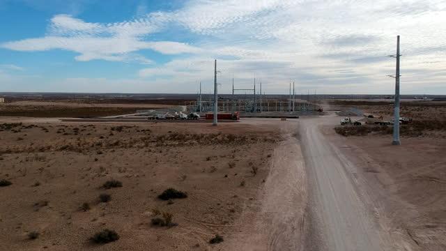 vidéos et rushes de images de vol de drone du système électrique du sud du texas qui prend en charge les infrastructures locales et les forages pétroliers dans la région - non us film location