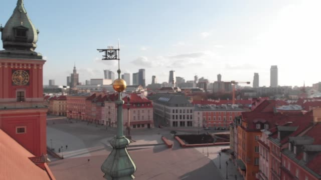 drone flight from the north-east corner of the deserted royal castle towards the castle square in daytime in downtown warsaw during the corona... - warsaw stock videos & royalty-free footage