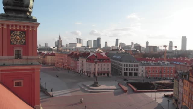 vídeos de stock, filmes e b-roll de drone flight from the north-east corner of the deserted royal castle towards the castle square in daytime in downtown warsaw during the corona... - capitais internacionais