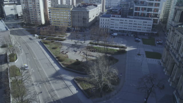 drone flight of a deserted plac grzybowski with a view of the church kosciol pw. wszystkich swietych in daytime in downtown warsaw during the corona... - warsaw stock videos & royalty-free footage