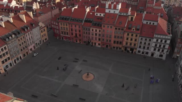 drone flight of a deserted square in the warsaw's old town in daytime in downtown warsaw during the corona shutdown/covid 19 lockdown in 2020 - warsaw stock videos & royalty-free footage