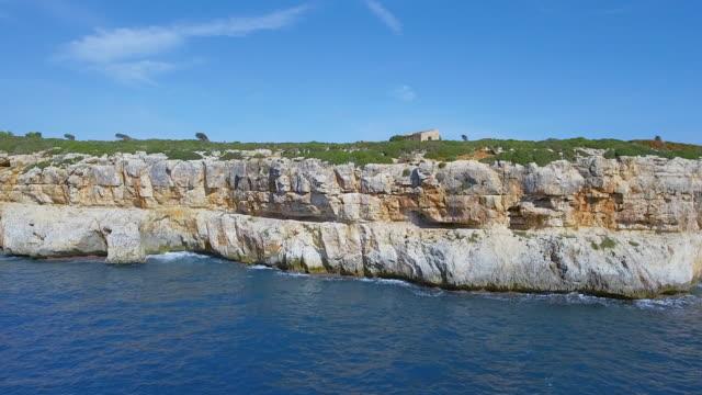 バレアレス マヨルカ島の東海岸のカーラ ・ magraner の飛行ドローン/スペイン - 見渡す点の映像素材/bロール