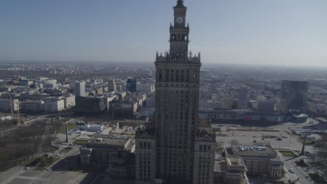 vidéos et rushes de drone flight of the deserted palace of culture and science in downtown warsaw from different angles during the corona shutdown 2020 - varsovie