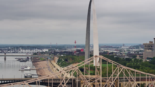 drone flight out over the mississippi river past the st. louis gateway arch - jefferson national expansion memorial park stock videos & royalty-free footage