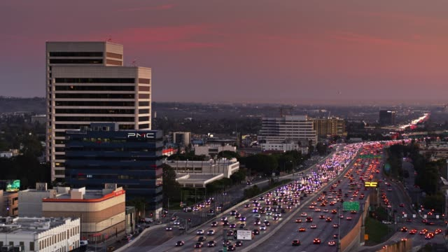 vídeos y material grabado en eventos de stock de drone flight over 405 freeway in westwood, los angeles at sunset - westwood