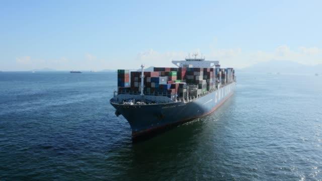 drönarflygning över ett containerfartyg lastat med lastcontainrar - hongkong bildbanksvideor och videomaterial från bakom kulisserna