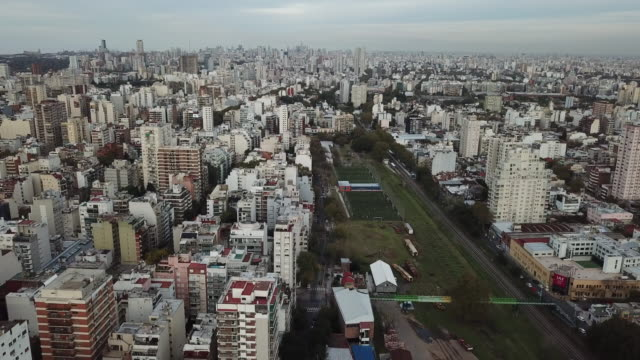 vídeos de stock e filmes b-roll de drone flight over belgrano (neighborhood of buenos aires, argentina) - inclinação para cima
