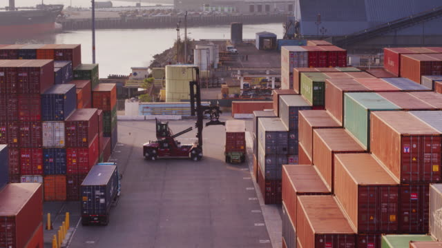 vídeos de stock e filmes b-roll de drone flight over busy container yard - transporte de mercadoria