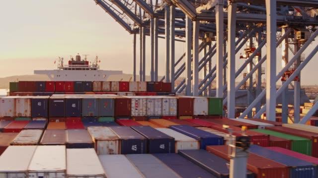 vidéos et rushes de drone survoler container ship prêtes pour le déchargement - récipient