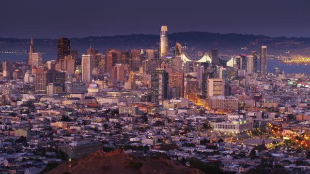 Drone vlucht Over Corona Heights onthullen verlichte San Francisco Cityscape