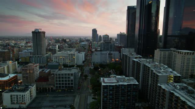 drohnenflug über empty hill st in downtown la - los angeles county stock-videos und b-roll-filmmaterial