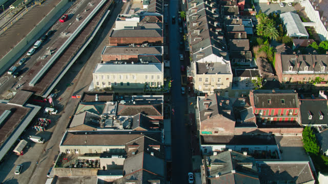 stockvideo's en b-roll-footage met drone flight over french market pl and decatur st in french quarter at dawn - dawn french