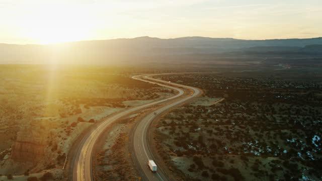 vidéos et rushes de vol de drone au-dessus de l'i-70 à san rafael swell au coucher du soleil - utah