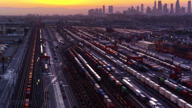 夕暮れ vernon、カリフォルニア州のインター モーダル貨物ターミナル上の無人飛行 - 操車場点の映像素材/bロール