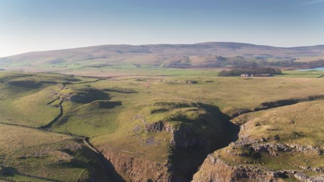 Drone vlucht Over kalksteen stoep in de buurt van Malham, Noord-Yorkshire