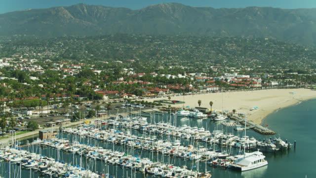 カリフォルニア州サンタバーバラの内陸を探しているマリーナ上空のドローン飛行 - サンタバーバラ点の映像素材/bロール