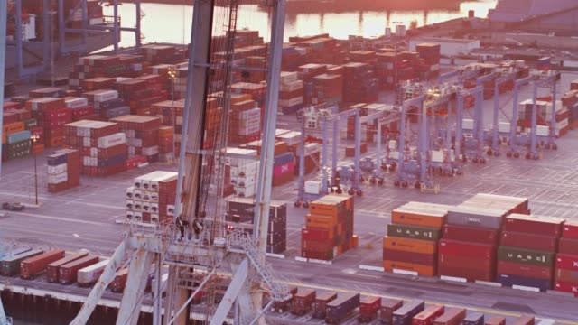 Drone Flug über Hafen von Long Beach bei Sonnenuntergang