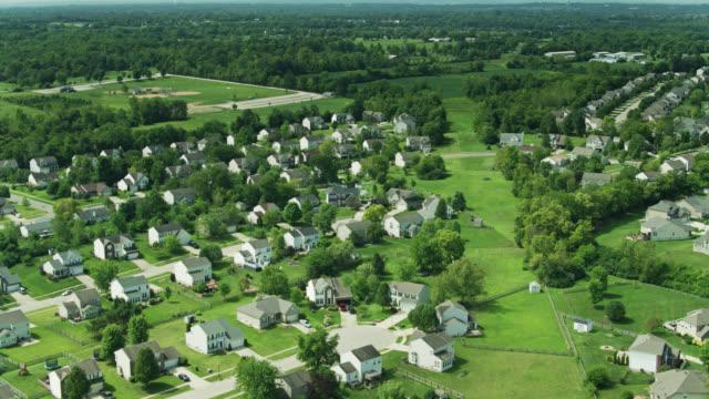 vidéos et rushes de drone flight over residential neighborhood in southwest ohio - uniformité