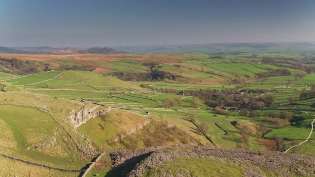 Drone vlucht Over de glooiende landschap richting Malham, Noord-Yorkshire