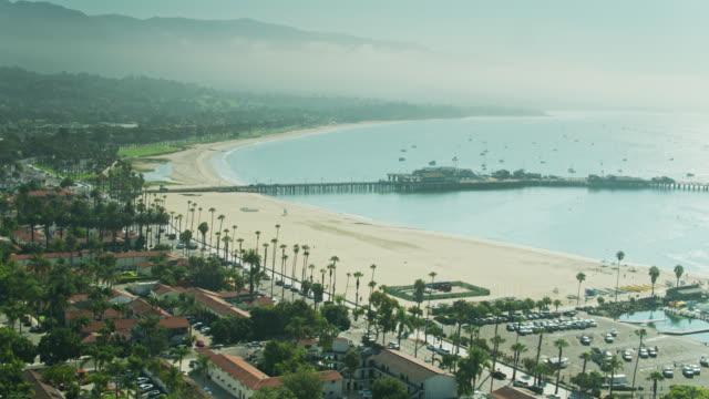 カリフォルニア州サンタバーバラ上空のドローン飛行 - サンタバーバラ点の映像素材/bロール