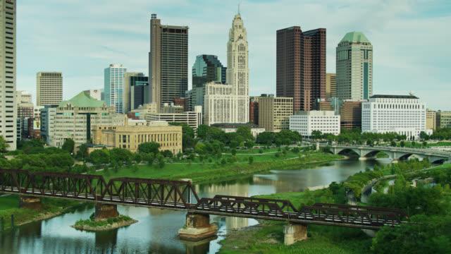 コロンバスのダウンタウンに向かうシオト川のドローン飛行 - オハイオ州点の映像素材/bロール