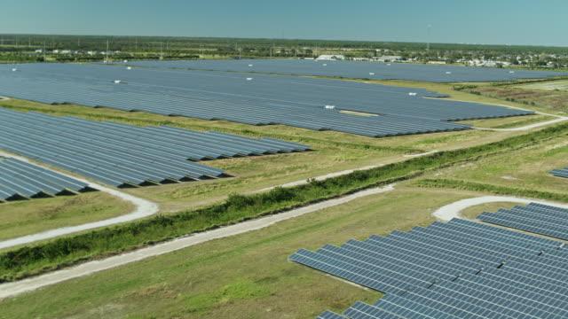 drone flight over sea of solar panels at barefoot bay solar energy center - sustainable energy点の映像素材/bロール