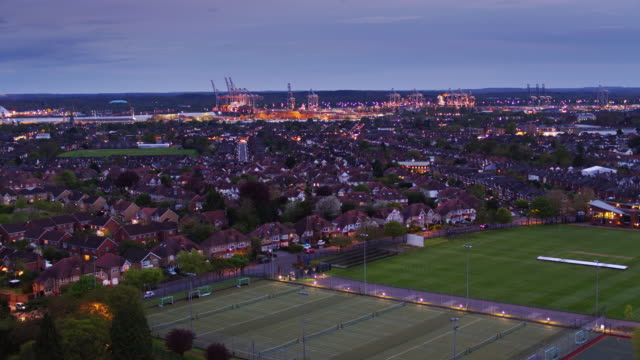 vídeos de stock e filmes b-roll de drone flight over southampton at twilight - hampshire