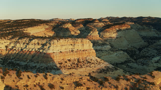 vídeos de stock e filmes b-roll de drone flight over striated cliffs in devil's canyon, utah - sudoeste dos estados unidos